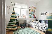 selbstgebautes indianerzelt im kinderzimmer in gr nt nen. Black Bedroom Furniture Sets. Home Design Ideas