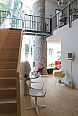 Treppe und Galerie im Architektenhaus mit Designermöbeln