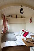 Zum Tiny House umgebauter Bauwagen im Landhausstil