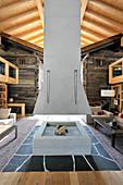 Kamin mit hängendem Abzug in einem alpinen Architektenhaus