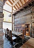 Langer gedeckter Esstisch zwischen zwei Berghütten im Architektenhaus