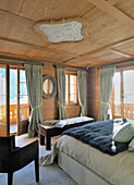 Bedroom with panelled ceiling and encircling balcony