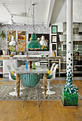 Edelstahl Küche an weisser Ziegelwand, Esstisch mit Klassikerstühlen