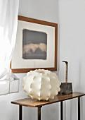 Gerahmtes Bild und Vintage Tisch mit Lampenschirm und Kunstobjekt
