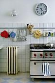 Aufgehängte Küchenutensilien über Gasherd in Küche mit Retro-Flair