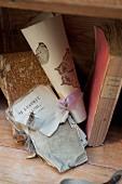 Vintage Bücher und verschnürten Buchseiten