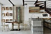 Esszimmer im Industriestil mit offener Küche unter der Treppe