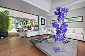 Vertikale Floristik im Wohnzimmer mit offener Wand nach draußen