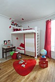 Etagenbett im Kinderzimmer mit roten Farbakzenten