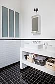 Schwarz-weisses Badezimmer mit Doppelwaschtisch
