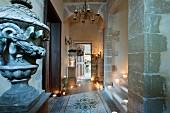 Historischer Eingangsbereich mit Treppenaufgang, Kerzenlicht und Mosaikfliesenboden