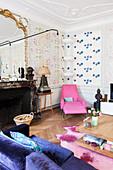 Farbenfrohes Wohnzimmer in einem französischen Altbau