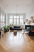Polstergarnitur, Coffeetable und Zimmerpflanzen in Altbauwohnung