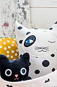 Korb mit Katzenfiguren aus Stoff