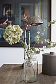 Getrocknete Blumen im Apothekerglas auf dem Tisch