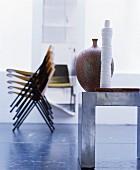 Verschiedene Möbel und Accessoires künstlerisch inszeniert
