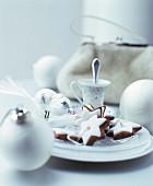 Weihnachtlich dekorierter Teller mit Zimtsternen