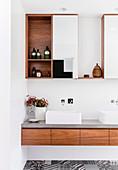 Geradlinige Badezimmermöbel aus Holz und eckige Aufsatzwaschbecken