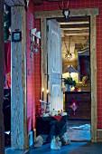 Flurbereich in rustikalem Chalet mit weihnachtlicher Dekoration