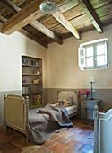 Kinderzimmer im französischen Landhausstil mit Holzbalkendecke