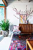 Bunter Mustermix im Wohnzimmer mit Retro-Möbeln