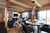 Wohn- und Esszimmer im Blockhaus mit modernen Möbeln