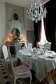 Festlich gedeckter Tisch im historischen Esszimmer mit Kamin