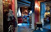 Blick vom Flur ins Wohnzimmer eines rustikalen Chalets