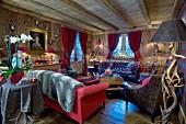 Gemütliches Wohnzimmer mit roten Farbakzenten im Chalet