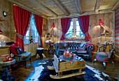 Ein alter Schlitten als Couchtisch im gemütlichen Chalet-Wohnzimmer