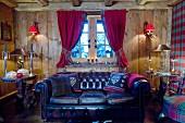 Dunkles Chesterfield Sofa im gemütlichen Chalet-Wohnzimmer