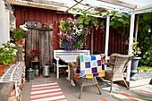 Sitzplatz mit vertikaler Bepflanzung auf der überdachten Terrasse