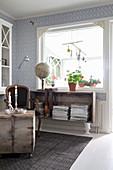 Holzkiste auf Amphoren als Regal für Zeitschriften im Wohnzimmer