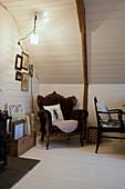 Leseecke mit barockem Sessel unter der Dachschräge