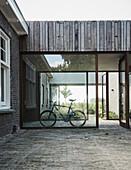 Verglaster Durchgang mit Fahrrad