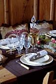 Festlich gedeckter Tisch mit alpiner Eleganz