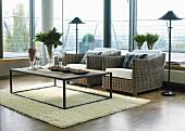 Modernes Wohnzimmer mit Glasfronten und Korbsesseln