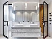 Elegantes Badezimmer mit Marmor-Waschtisch und Wandspiegel