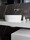 Modernes Waschbecken und schwarzer Marmor im Bad