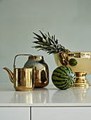 Wasserkocher, Vase und Schale in Gold mit Ananas und Wassermelone