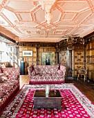 Wohnzimmer mit Wandvertäfelung und Kassettendecke