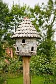 Vintage Taubenhaus mit Holzschindeln gedeckt im Garten
