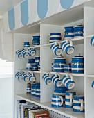 Blau-weiße Geschirrsammlung im Buffetschrank