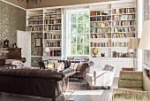 Ledersofas in Bibliothek mit offenen Regalen