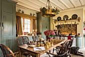 Englische Landhausküche mit altem Holztisch und Stühlen