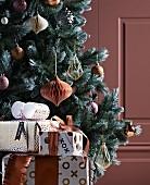 Verpackte Geschenke vordem Weihnachtsbaum in Metallicfarben
