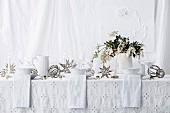 Gedeckter Tisch ganz in Weiß