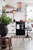 Metallstuhl in einer Landhausküche