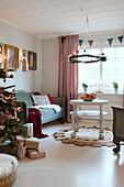 Hängender Kranz überm Couchtisch im weihnachtlichen Wohnzimmer