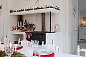 Blick vom Esstisch auf den weihnachtlich dekorierten Küchenofen